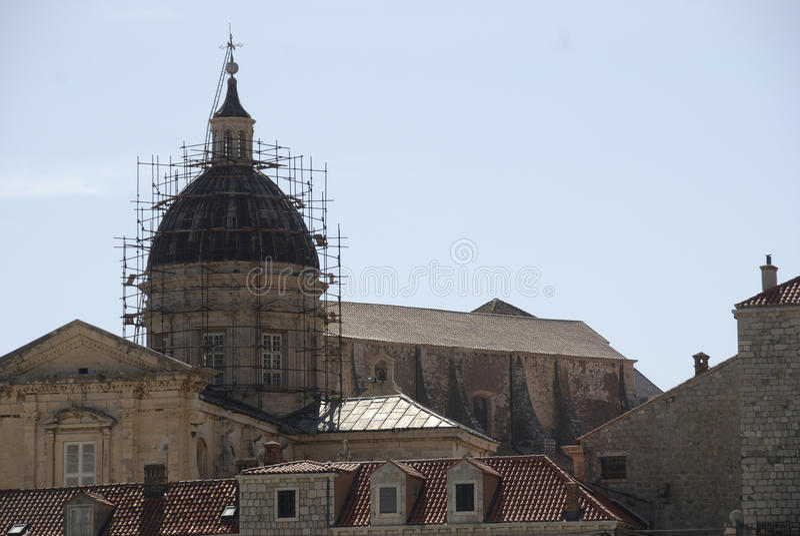 Torre de igreja com andaime, Croácia imagem de stock royalty free