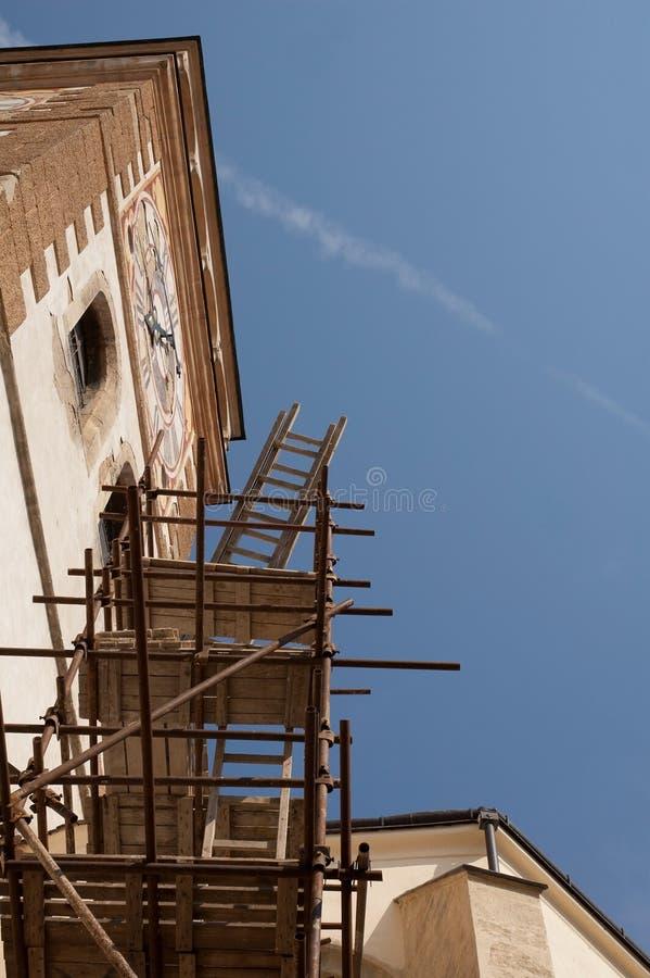 Torre de igreja e andaime imagens de stock royalty free