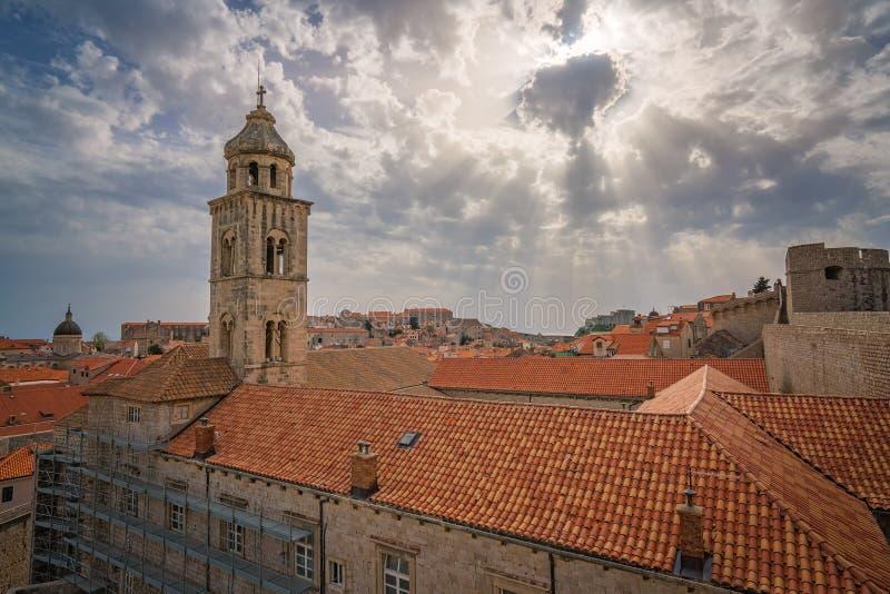 Torre de igreja na cidade velha de Dubrovnik foto de stock