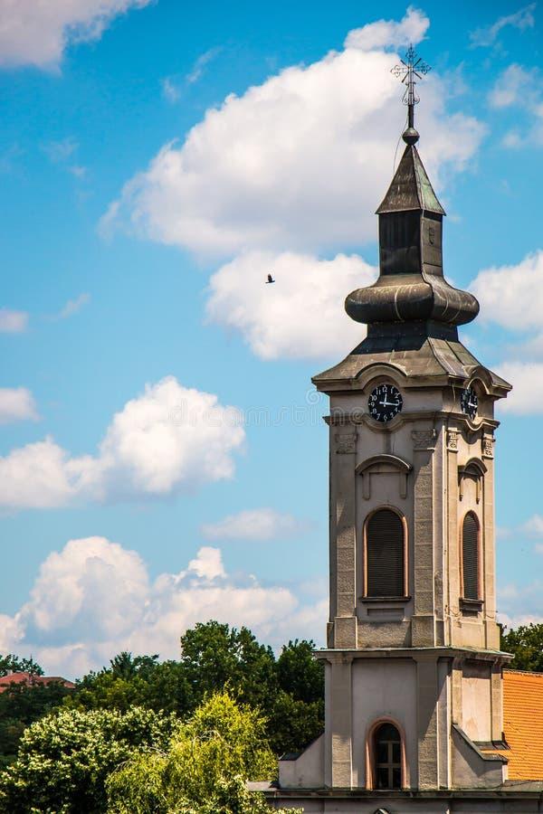 Torre de igreja ortodoxa com o pulso de disparo em Europa do leste, Belgrado foto de stock