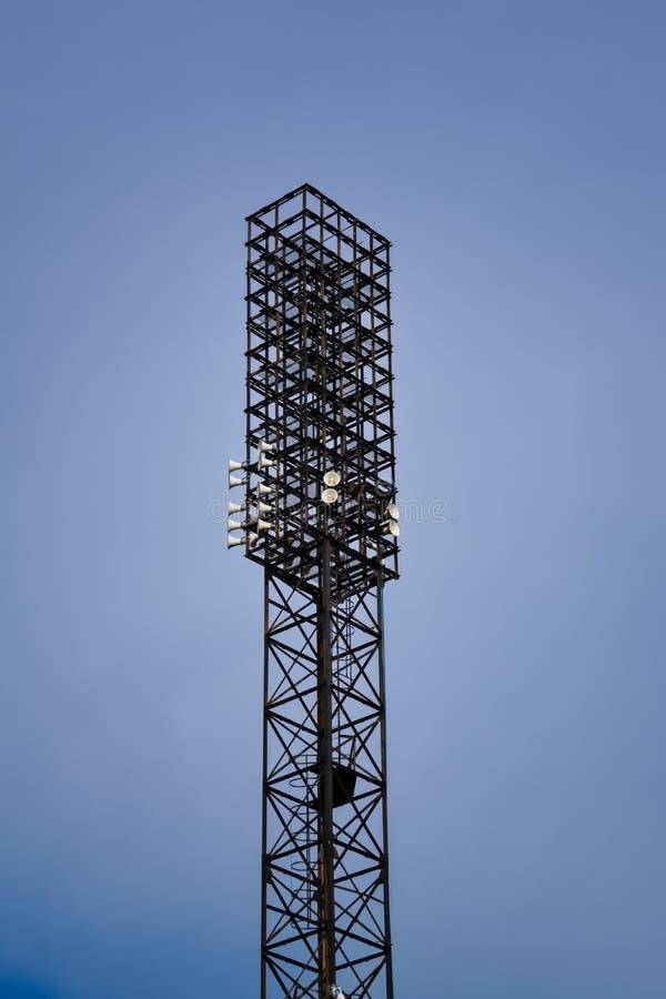 Torre de iluminação do estádio contra o céu azul Luz do est?dio contra o c?u azul fotos de stock royalty free
