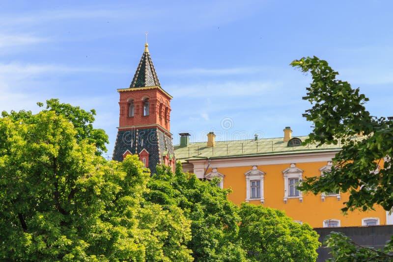 Torre de Komendantskaya com construção do Kremlin de Moscou contra o céu azul no dia de verão ensolarado imagem de stock royalty free