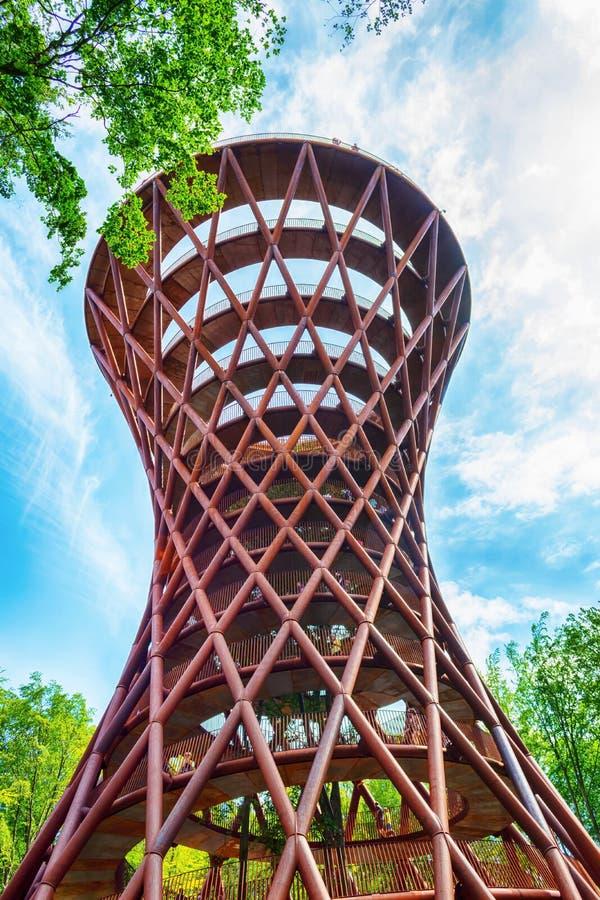 Torre de la aventura del campo Torre de observación en la opinión inferior del bosque dinamarca Visita tur?stica de excursi?n Via imagen de archivo