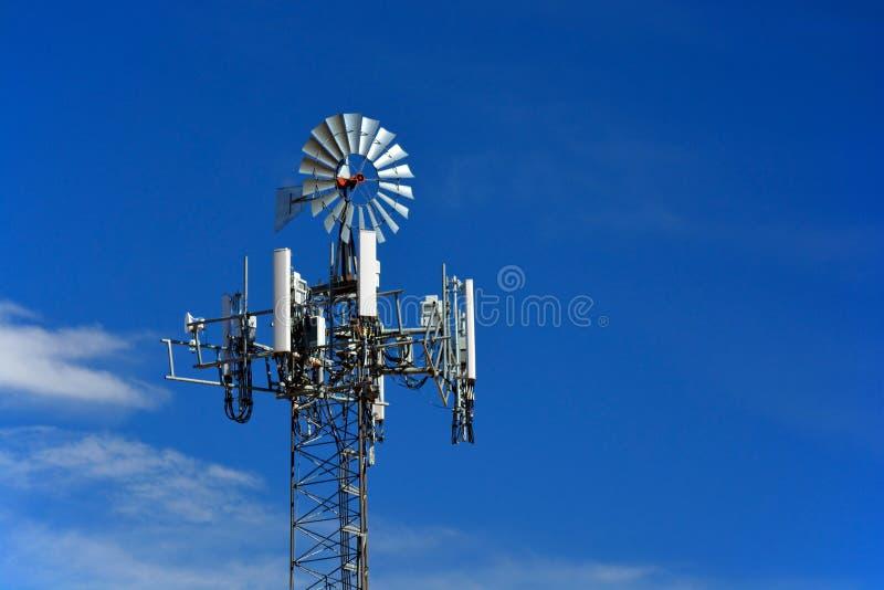 Torre de la célula disfrazada como molino de viento de la granja imagenes de archivo