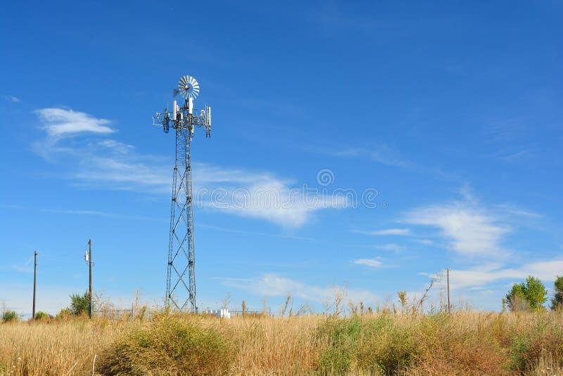 Torre de la célula disfrazada como molino de viento de la granja foto de archivo libre de regalías