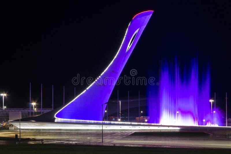 Torre de la caldera y fuente olímpicas del baile en Sochi, Rusia fotografía de archivo libre de regalías