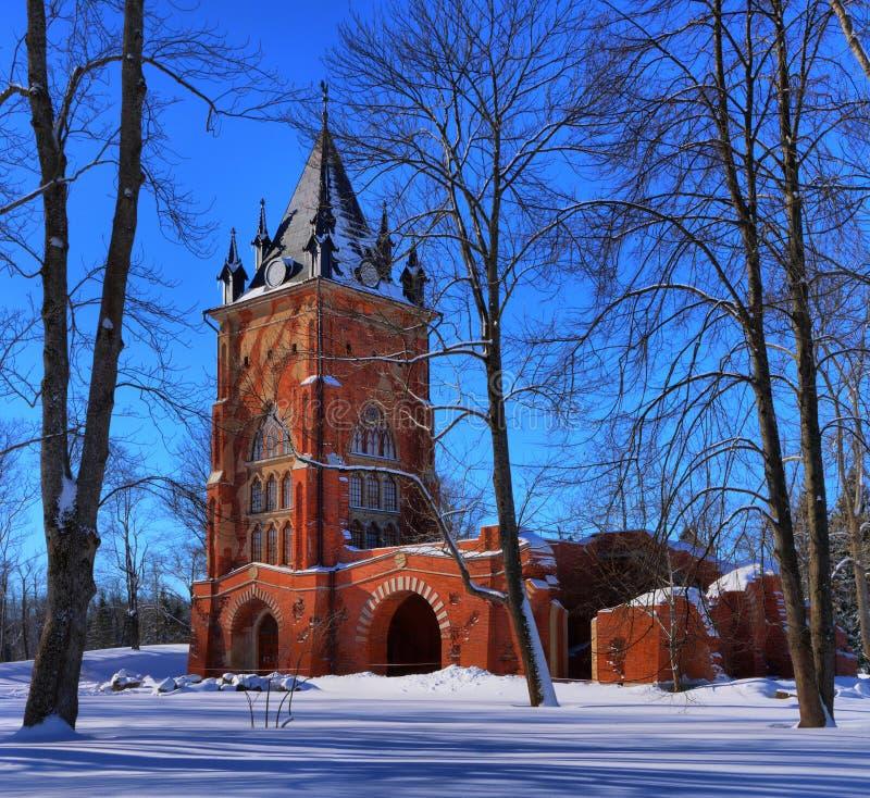 Torre de la capilla en Alexander Park de la ciudad de Pushkin foto de archivo