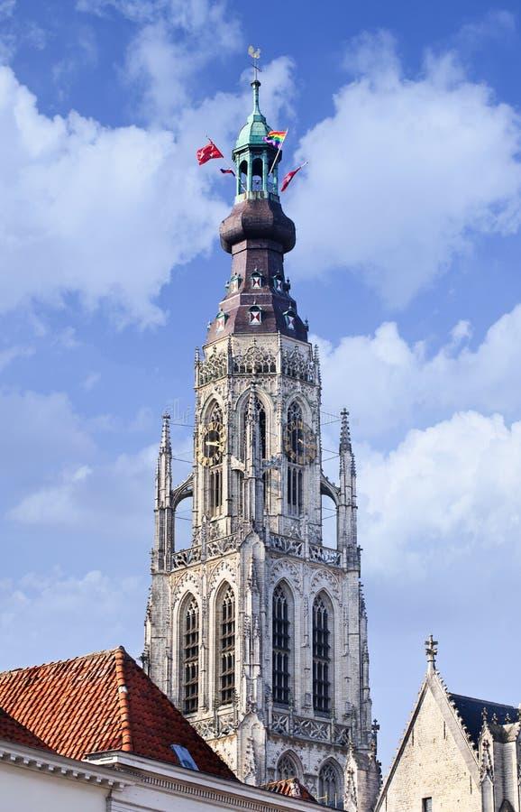 Torre de la catedral majestuosa en el centro de ciudad histórico de Breda, los Países Bajos foto de archivo libre de regalías