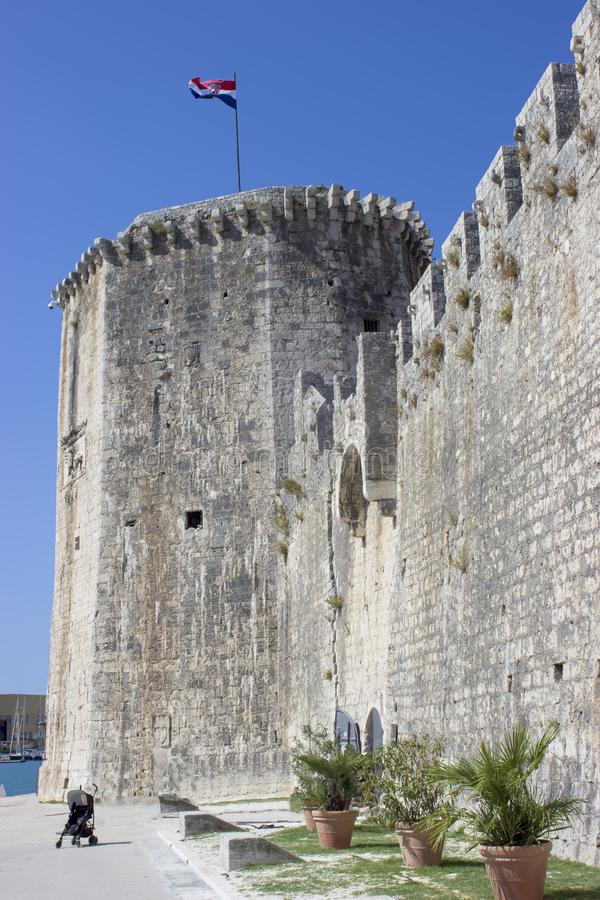 Torre de la fortaleza de Trogir con el cochecito de bebé imagen de archivo