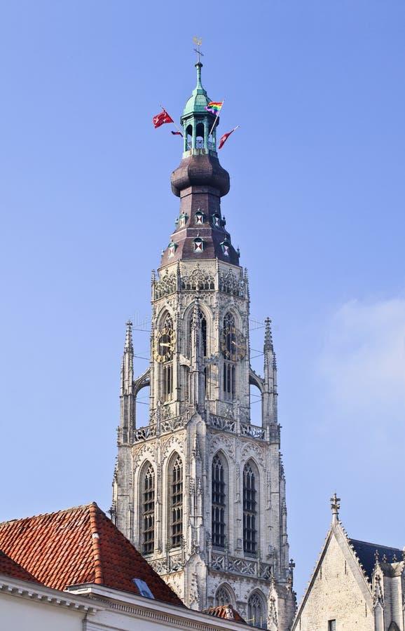 Torre de la gran iglesia en el centro de ciudad histórico, Breda, Países Bajos imagen de archivo libre de regalías