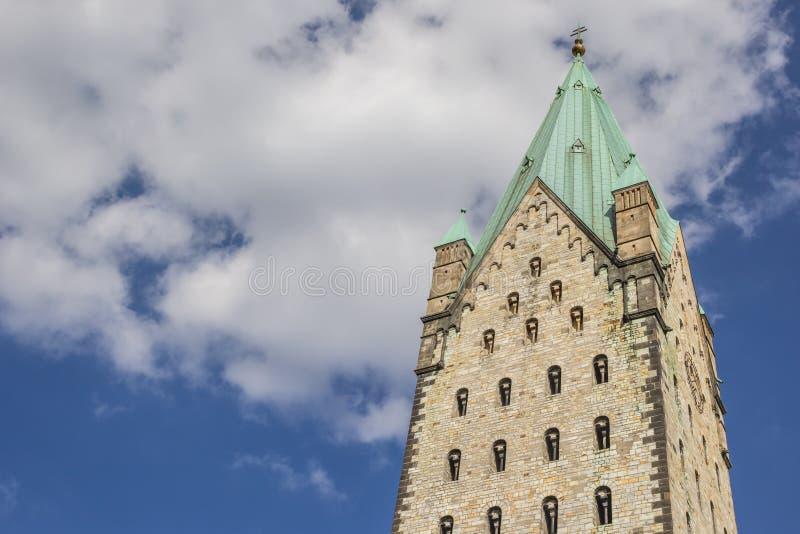 Torre de la iglesia de los Dom de Paderborn fotografía de archivo