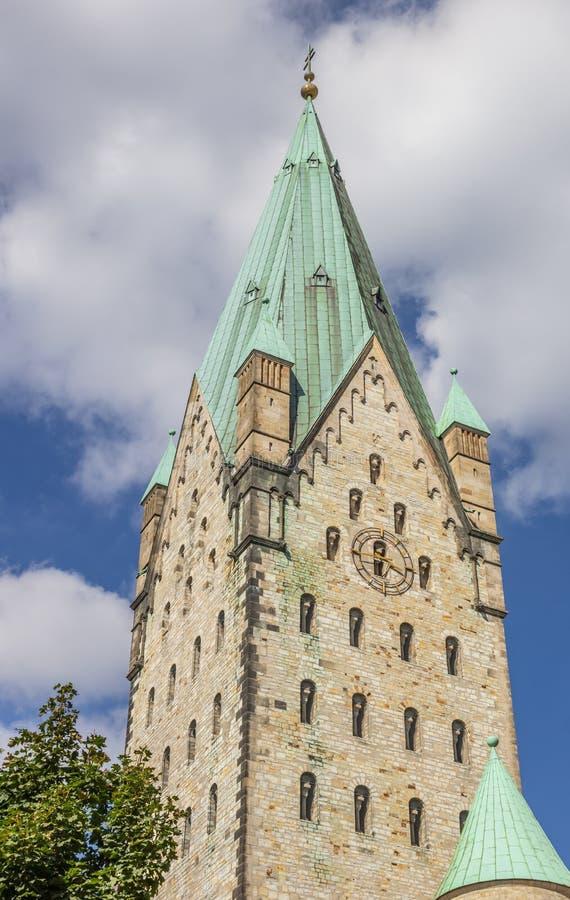 Torre de la iglesia de los Dom de Paderborn imagenes de archivo