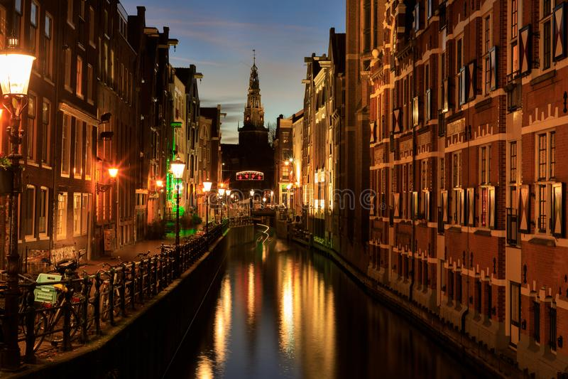 Torre de la iglesia de Oude Kirk en Amsterdam fotos de archivo libres de regalías