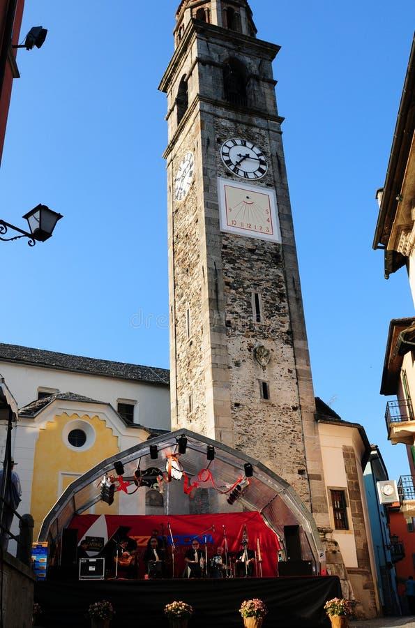 Torre de la iglesia vieja de Ascona donde ocurre Jazz Festival fotografía de archivo