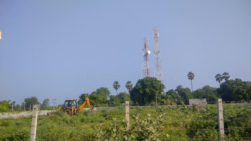 Torre de la máquina de la excavación y del teléfono móvil en la India foto de archivo