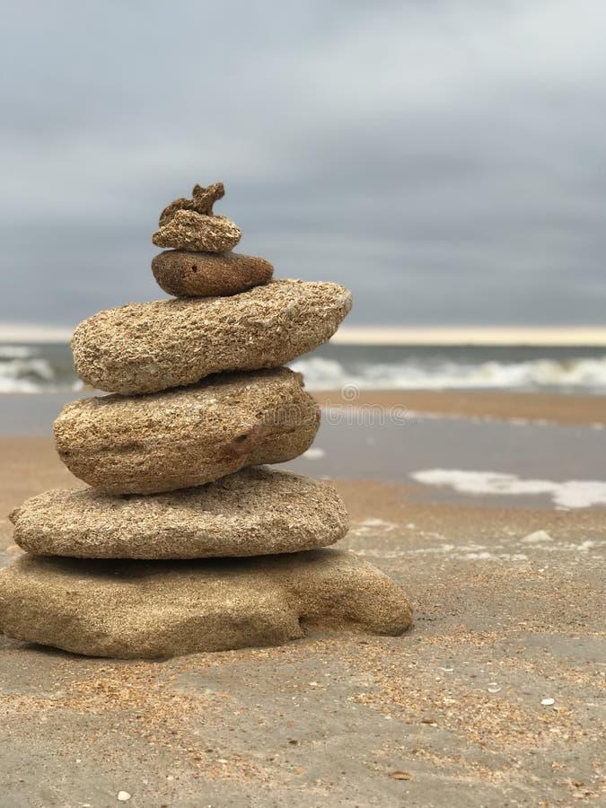 Torre de la meditación en la playa 3 imagenes de archivo