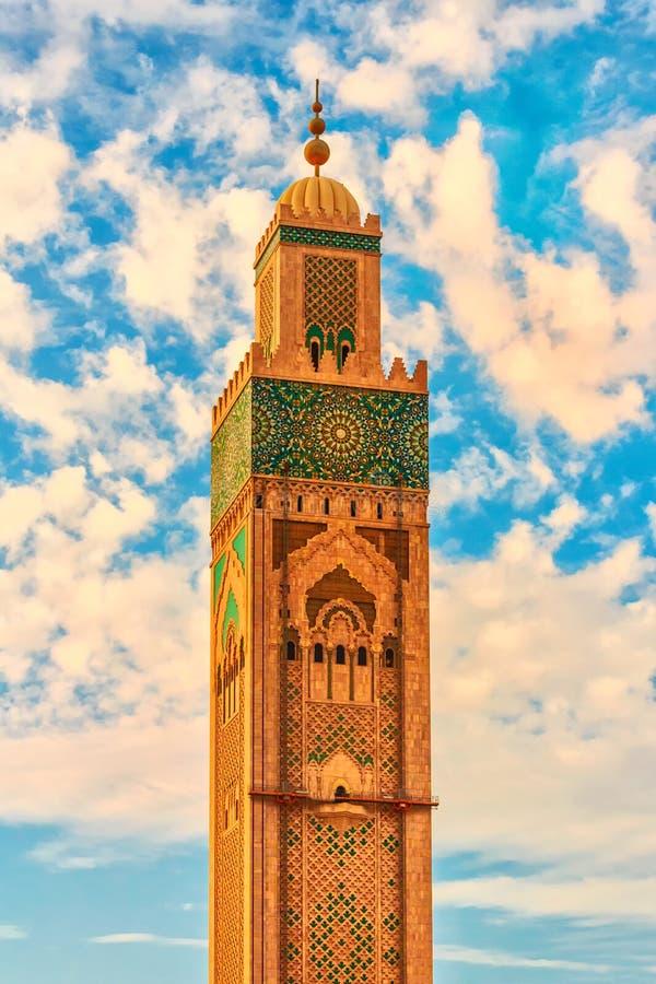 Torre de la mezquita de Hassan II en la playa de Casablanca en la puesta del sol, Marruecos foto de archivo