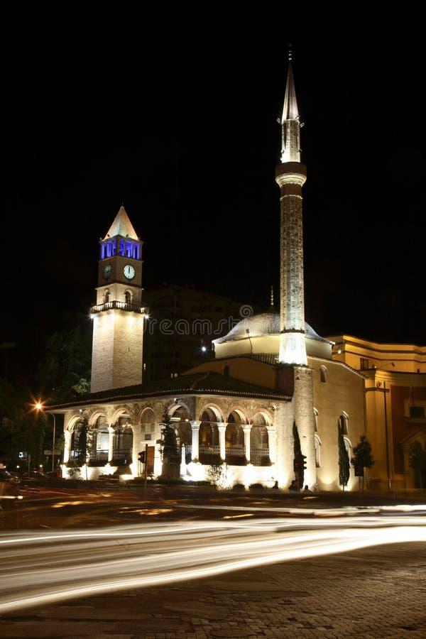 Torre de la mezquita y de reloj en Tirana foto de archivo libre de regalías