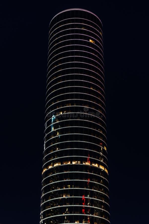 Torre de la oficina en la noche imagen de archivo libre de regalías