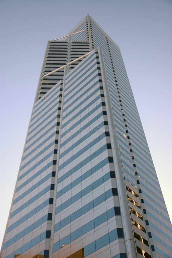 Torre de la oficina en la puesta del sol imagen de archivo