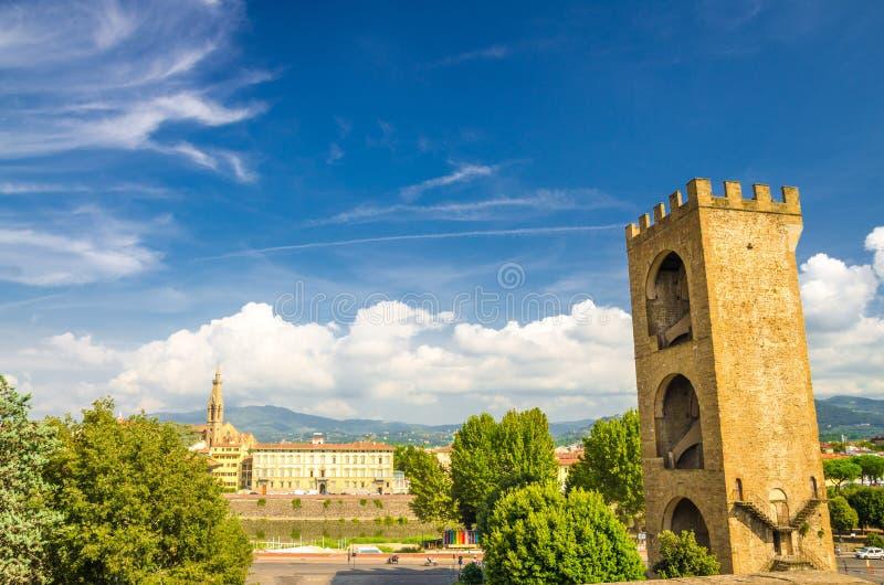 Torre de la puerta de Porta San Niccolo de paredes defensivas en el cuadrado de Giuseppe Poggi de la plaza en el centro histórico foto de archivo