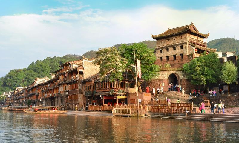 Torre de la puerta y río del norte de Tuojiang en Fenghuang, provincia de Hunán, China fotos de archivo