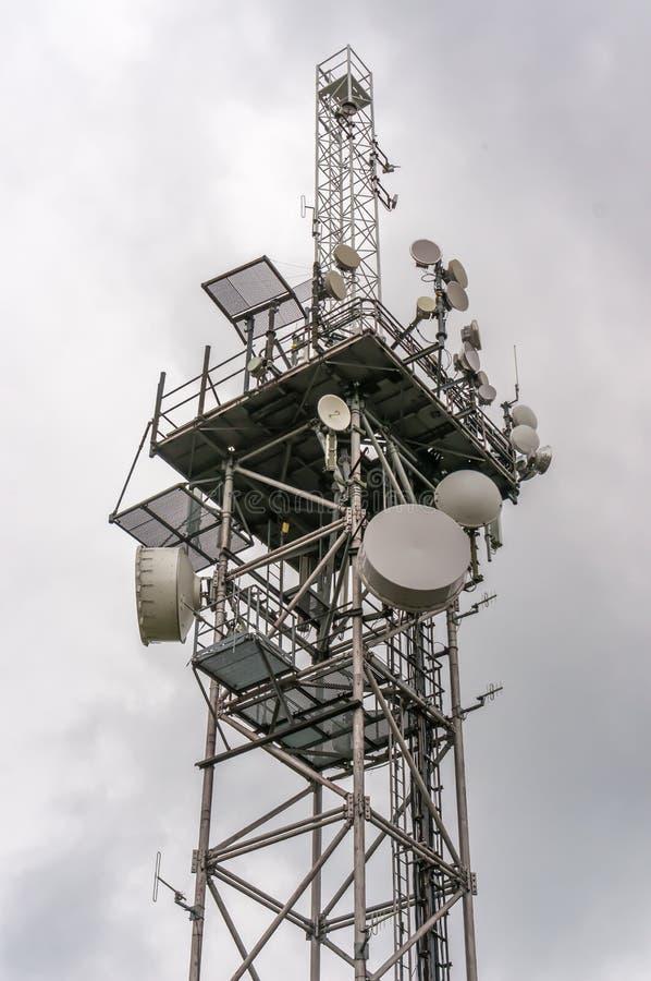 Torre de la telecomunicación con las antenas de transmisores y las parábolas fotografía de archivo libre de regalías