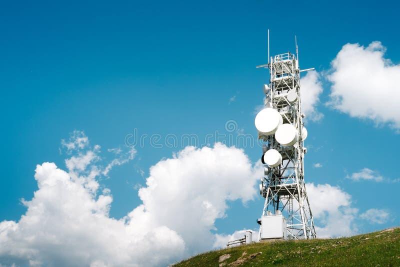 Torre de la telecomunicación con muchas antenas y repetidores imagenes de archivo