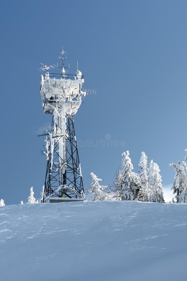 Torre de la telecomunicación con nieve imagenes de archivo
