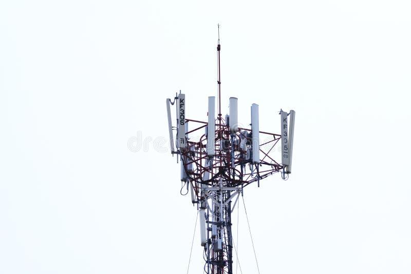 Torre de la telecomunicaci?n Transmisor inal?mbrico de la antena de la comunicaci?n imagenes de archivo