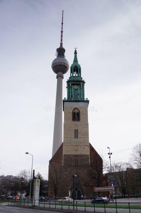 Torre de la televisión contra Iglesia foto de archivo libre de regalías