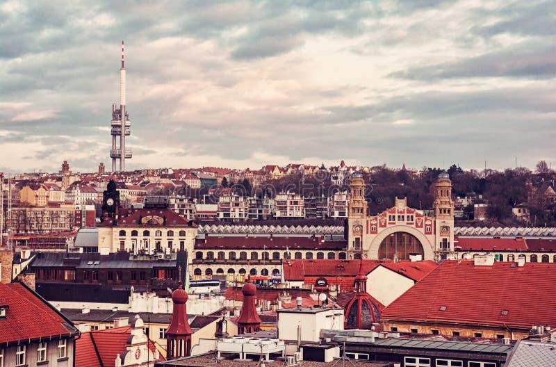 Torre de la televisión de Zizkov y ferrocarril central foto de archivo