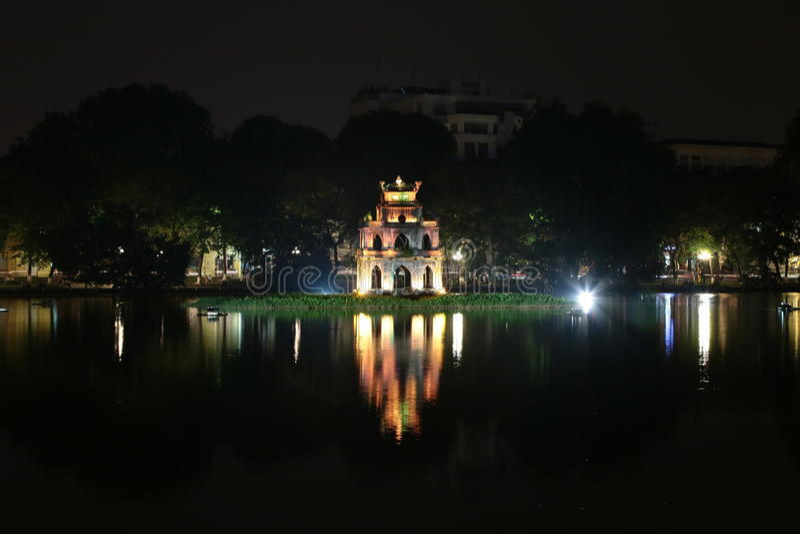Torre de la tortuga en el lago Hoan Kiem, Hanoi imagen de archivo libre de regalías
