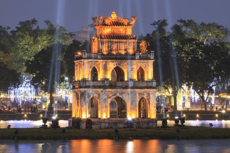 Torre de la tortuga en la noche en el lago Hoan Kiem en Vietnam imagen de archivo