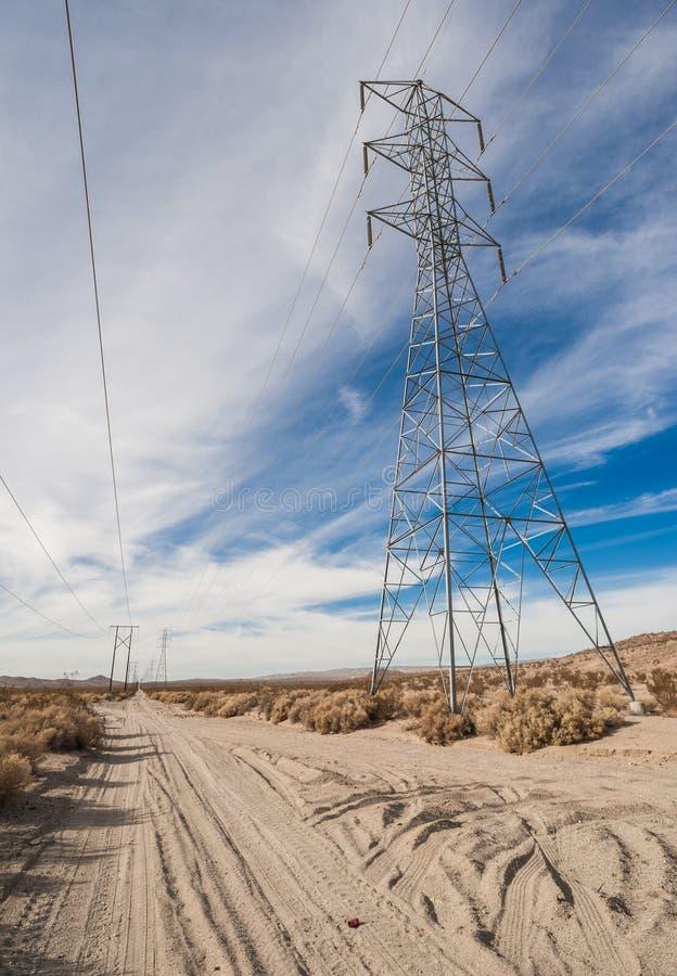 Torre de la transmisión de poder en el desierto imagen de archivo libre de regalías