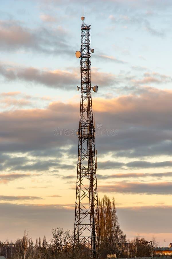 Torre de la transmisión en una ciudad para Internet rápido fotografía de archivo