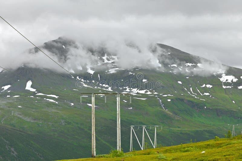 Torre de la transmisión o pilón de la electricidad de la torre de poder en montañas fotos de archivo