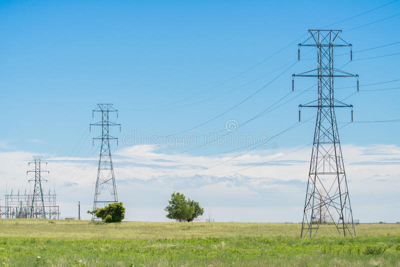 Torre de las líneas eléctricas imágenes de archivo libres de regalías