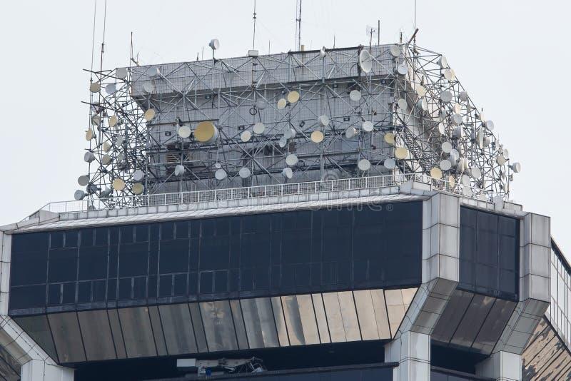 Torre de las telecomunicaciones con muchos transmisores por satélite imágenes de archivo libres de regalías
