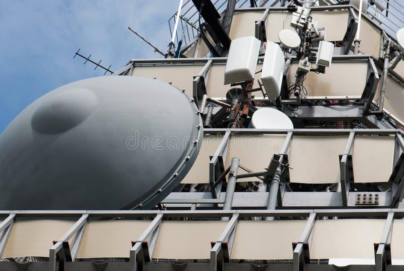 Torre de las telecomunicaciones de la microonda con la antena parabólica imagen de archivo libre de regalías