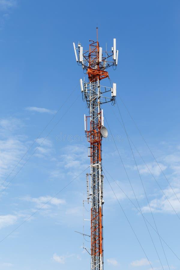 Torre de las telecomunicaciones de poste de teléfono foto de archivo