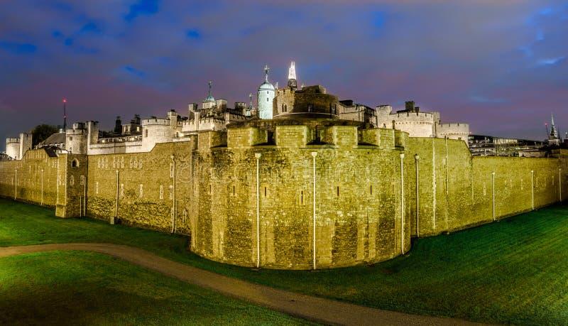 Torre de Londres, Reino Unido - opinião da noite foto de stock royalty free