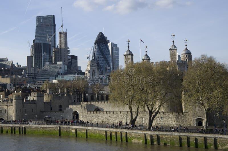 Torre de Londres y ciudad de Londres foto de archivo