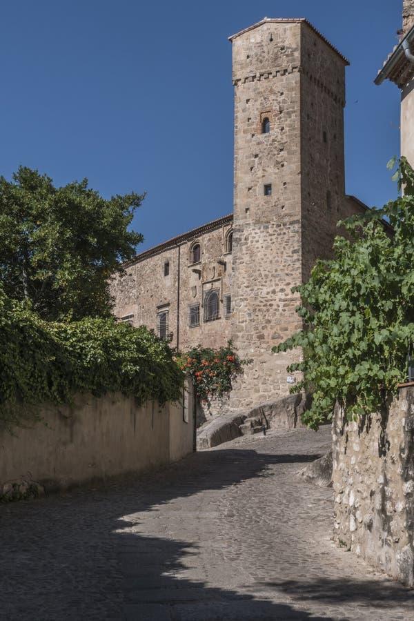 Torre de los enamorados, bredvid det romanska tornet av kyrkan royaltyfri bild