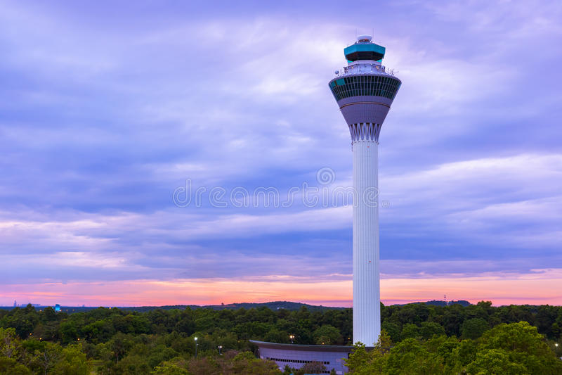 Torre de los mandos de vuelo en aeropuerto en Kuala Lumpur (Malasia) foto de archivo