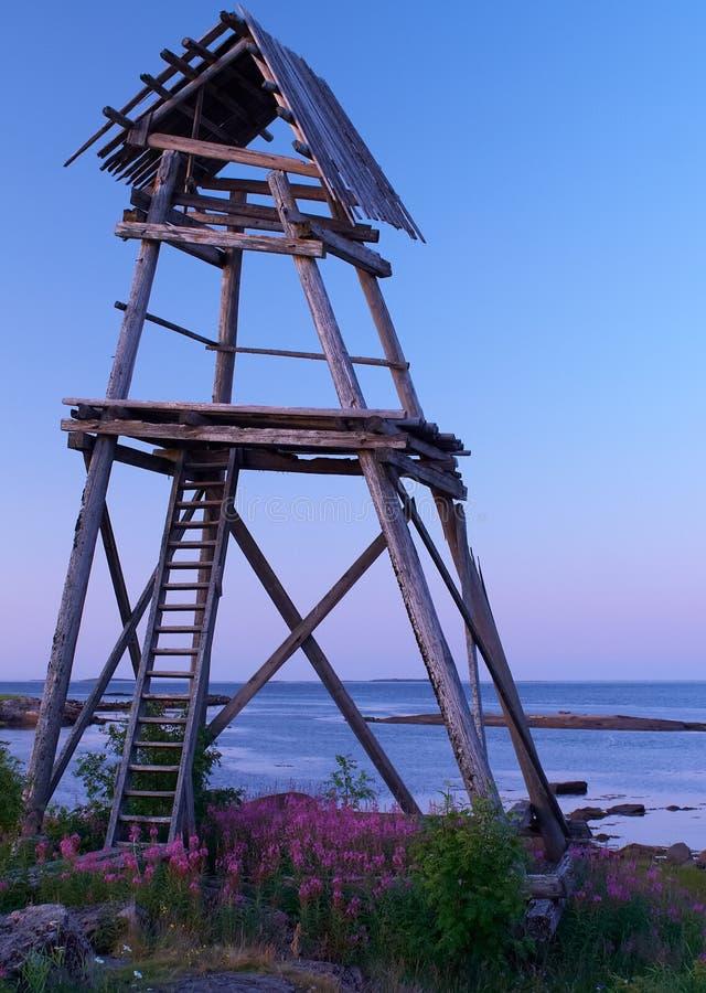 Torre de madeira no mar fotografia de stock royalty free