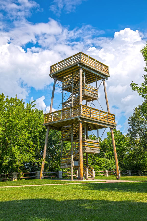 Torre de madera alta del puesto de observación para observar la naturaleza fotos de archivo