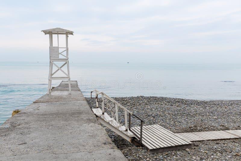 Torre de madera blanca del rescate en el rompeolas Ventaja baja de la escalera foto de archivo libre de regalías