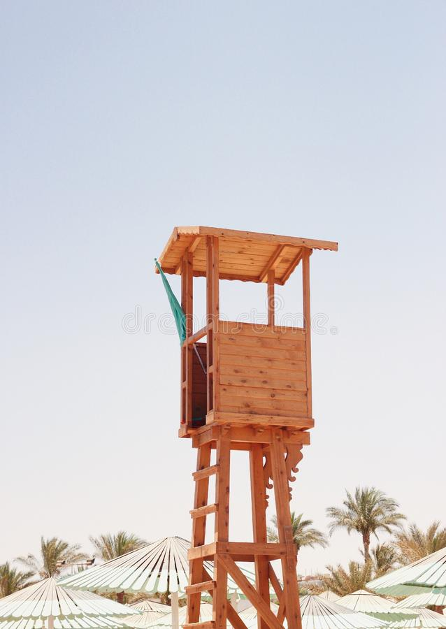 Torre de madera del baywatch en la playa imágenes de archivo libres de regalías