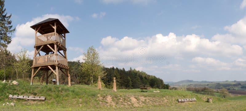 Torre de madera del puesto de observación sobre el pueblo Spesov cerca de Blansko fotos de archivo
